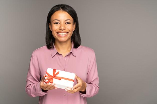 크리스마스 또는 생일 축하를 위한 선물이 든 행복한 미소 믹스 경주 여성 홀드 선물 상자