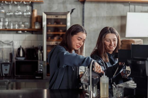 カフェで幸せな笑顔のプロのバリスタ