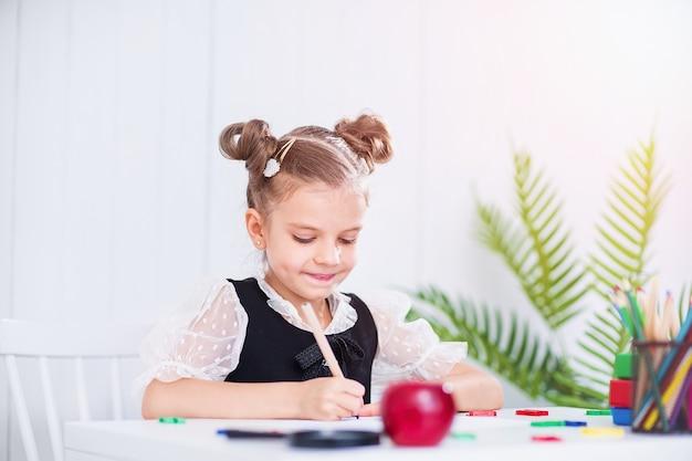 Счастливый улыбающийся ученик за столом
