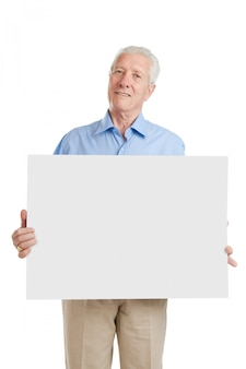 흰색에 고립 된 자신의 텍스트에 작성하는 빈 현수막을 보여주는 행복 웃는 수석 남자