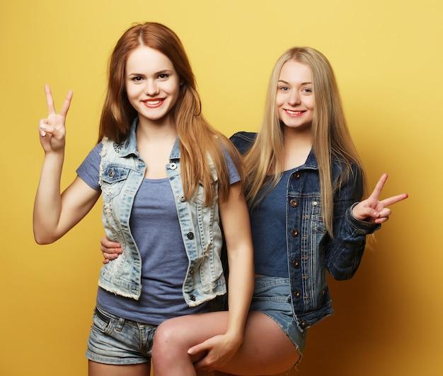 Счастливые улыбающиеся девочки-подростки или друзья