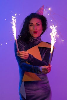 불꽃놀이와 함께 축 하 하는 행복 한 웃는 여자. 신년 파티.