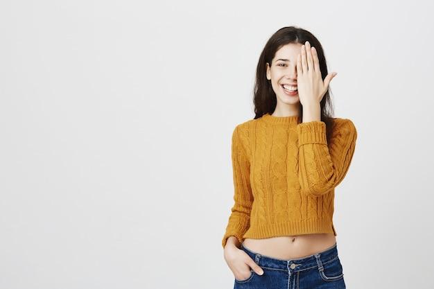 Счастливая улыбающаяся женщина закрывает половину лица, концепция до и после