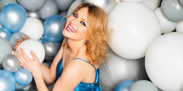 風船パーティーのお祝いの休日の概念で幸せな笑顔の女性