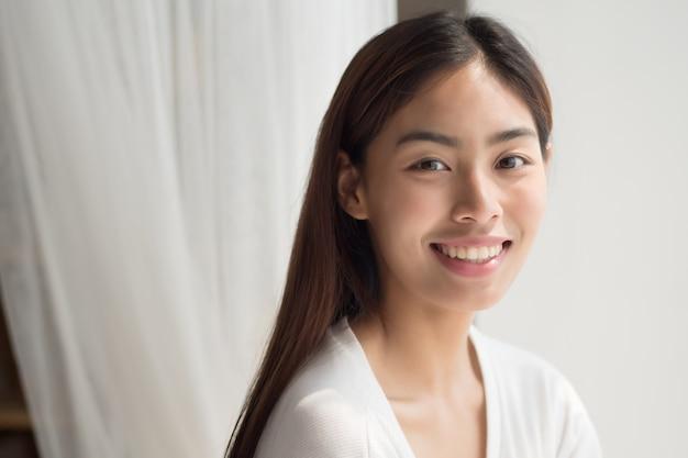 Счастливая улыбающаяся молодая азиатская женщина