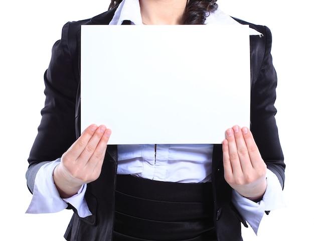 空白のプラカードを保持している幸せな笑顔の若いビジネス女性。白で隔離