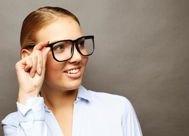 Счастливая улыбающаяся молодая деловая женщина в очках