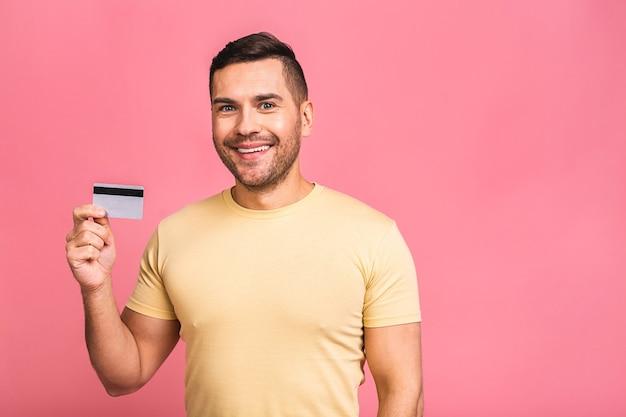 クレジットカードを持って幸せな笑顔の若い男