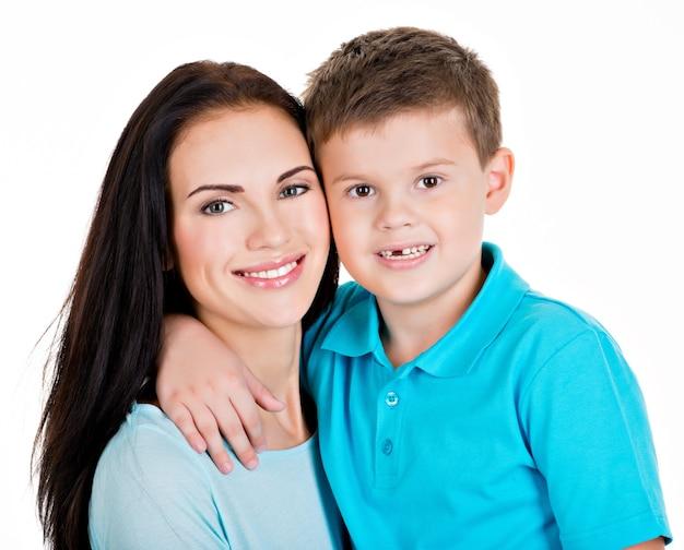 幸せな笑顔の若い母親と息子。白で隔離