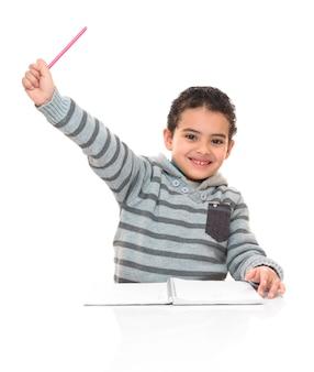 Счастливый улыбающийся молодой школьник изучения изолированные