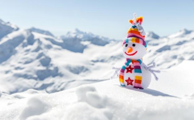 山で幸せな雪だるま