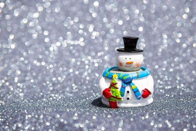 冬の風景で幸せな雪だるま。メリークリスマス、ハッピーニューイヤー