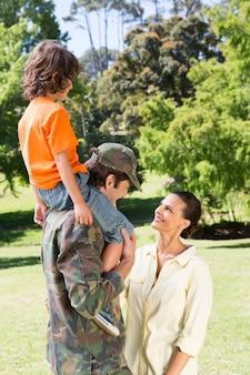 家族と再会した幸せな兵士