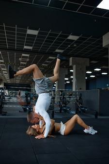 행복한 낚시를 좋아하는 커플 포옹, 체육관에서 훈련
