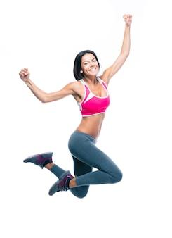 Счастливая спортивная женщина прыгает