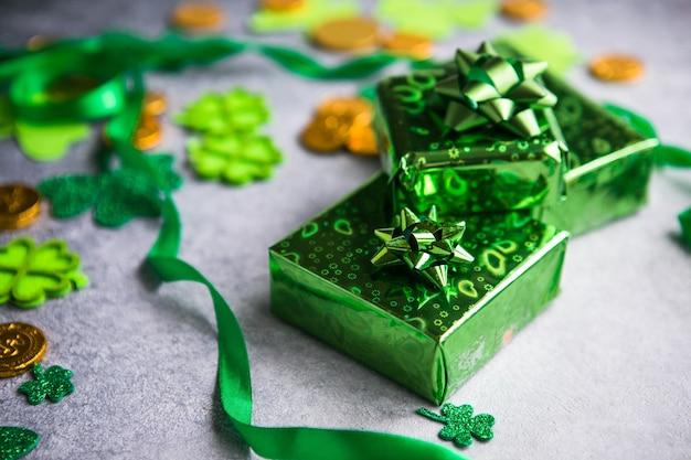 Счастливая ул. день патрика. открытка с счастливым клевером, зеленая подарочная коробка. символ ирландского фестиваля. удачная концепция. предпосылка дня святого патрика с подарком. скопируйте пространство.