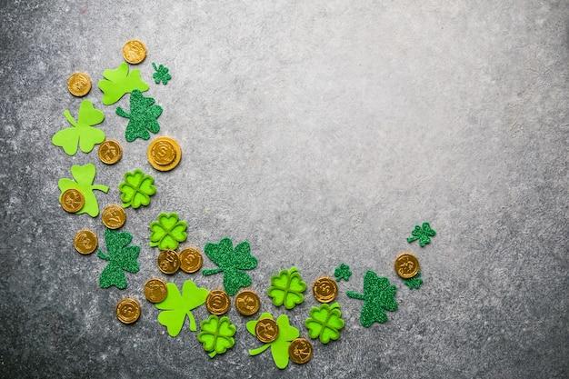 Счастливая ул. день патрика. карточка с счастливым клевером. символ ирландского фестиваля. удачная концепция. предпосылка дня святого патрика с подарком. скопируйте пространство.