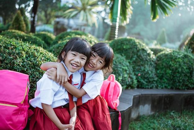 制服笑顔で幸せな学生の友人