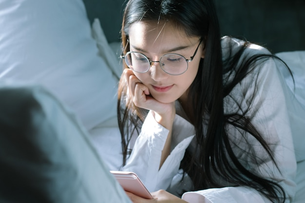 그녀의 침실에서 노트북으로 공부하는 행복 한 학생