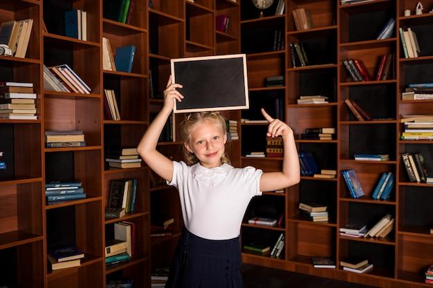 Счастливый студент с пустой грифельной книгой