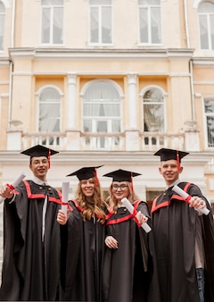 Счастливые студенты на выпускной церемонии