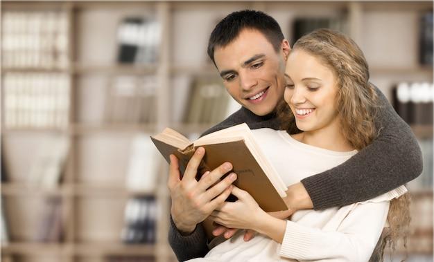 図書館で本を読んで幸せな学生