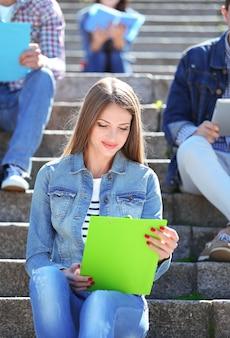 공원 계단에 앉아 행복 한 학생