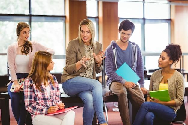 선생님과 이야기하는 행복한 학생들