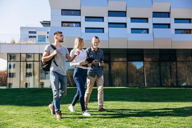 生徒は図書館の前に緑の芝生を歩いている
