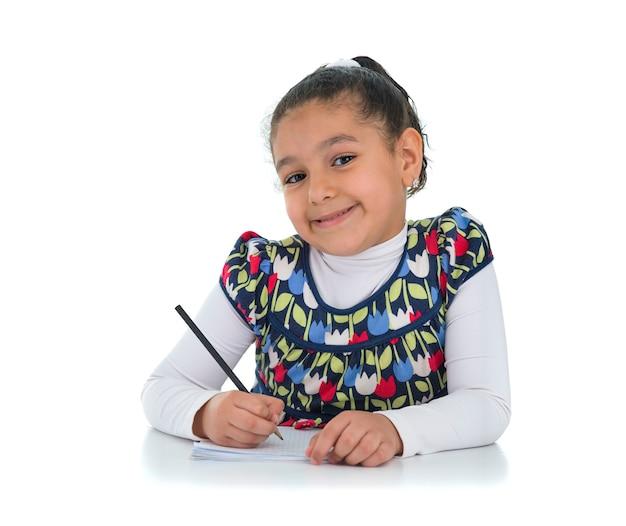 白い背景で隔離の幸せな勉強の女の子