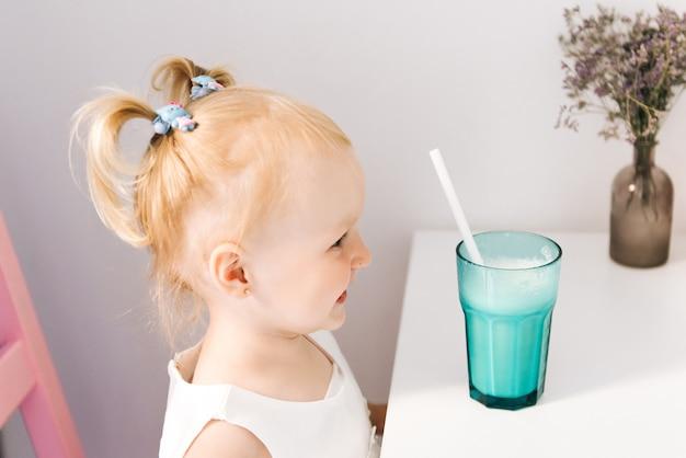ミルクセーキと幸せなスタイリッシュな女の子 Premium写真