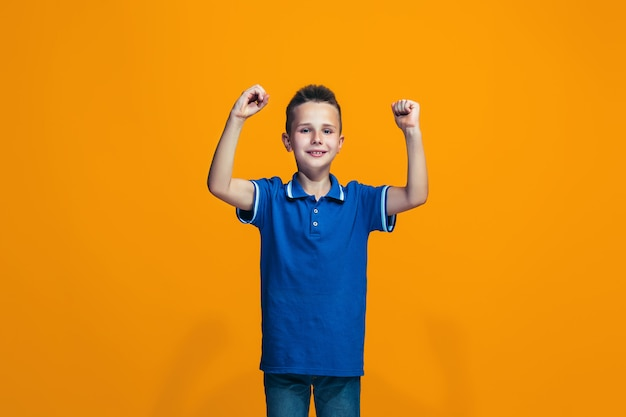 Ragazzo teenager di successo felice che celebra essere un vincitore. immagine energica dinamica del modello femminile