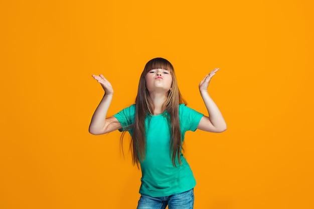 勝者であることを祝う幸せな成功の十代の少女。女性モデルのダイナミックでエネルギッシュなイメージ