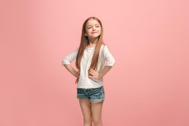 Ragazza teenager di successo felice che celebra essere un vincitore. immagine energetica dinamica del modello femminile