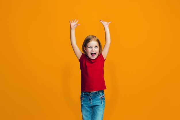 勝者であることを祝う幸せな成功した女の子