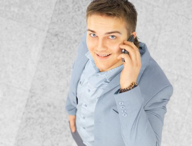 휴대 전화에 대 한 얘기는 행복 한 성공적인 젊은 사업가