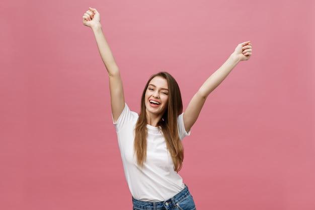 笑顔で幸せな成功した若い女性