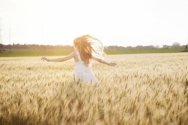 행복한 여름과 자유. 화창한 날 밀밭에서 아름다운 소녀