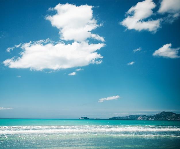 幸せな夏の日、旅行のコンセプト-青い海と空、明るい写真