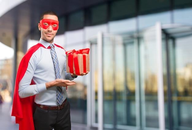 Счастливый супер бизнесмен с подарком