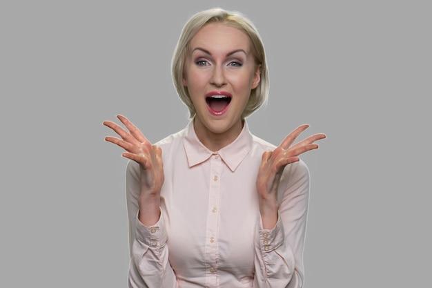 幸せな驚きのビジネス女性がクローズアップ。興奮して驚いた満足の若い女性の肖像画。人間の前向きな感情と表現。