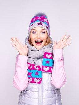 Счастливая удивленная женщина в зимней одежде с яркими положительными эмоциями