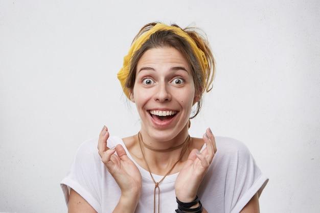 Счастливая удивленная женщина широко улыбается