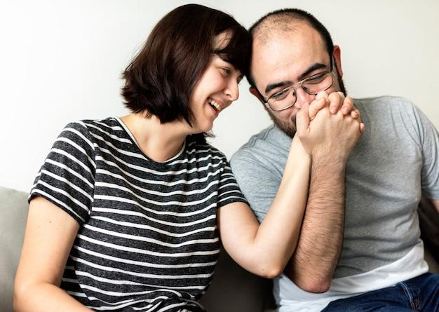 恋に幸せな甘いカップル