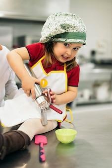 부엌에서 요리하는 행복 달콤한 소녀.