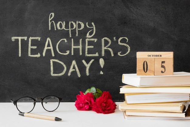 幸せな先生の日と本の山