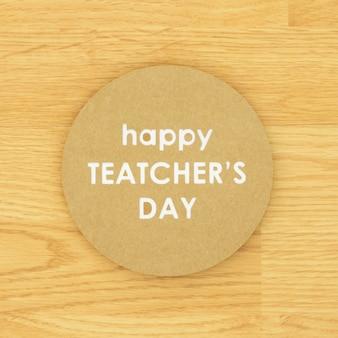 Счастливый день учителя в кругу на деревянных фоне