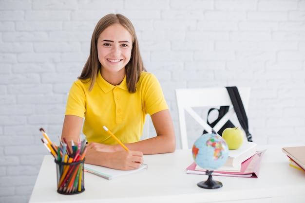 Счастливый teen девушка на уроке