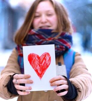 バレンタインデーに心で絵を描く幸せな十代の少女