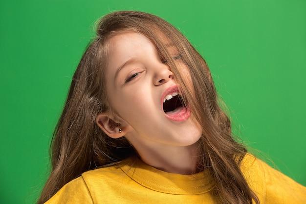 서, 유행 녹색 스튜디오 배경에 고립 웃 고 행복 한 십 대 소녀. 아름다운 여성의 초상화. 젊은 만족 소녀